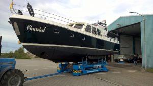 Moderne motorboot opnieuw gespoten